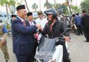 Wali Kota Bagikan Bendera Depan TMP