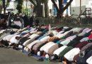 TNI-Polri dan Pendemo Sholat Ashar Berjamaah