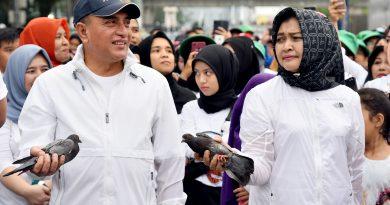 Bersama Puluhan Ribu Masyarakat, Edy & Nawal Ikuti Jalan Sehat Keluarga
