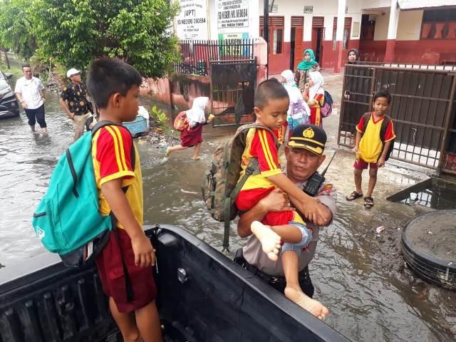 Dampak Banjir, Kapolsek Medan Timur Evakuasi Anak SD ...