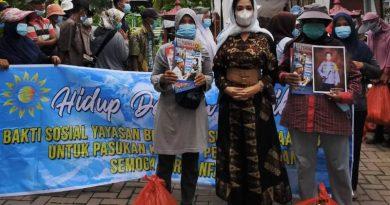 Yayasan BKK Bagikan Sembako kepada Penyapu Jalan Komplek Tasbih